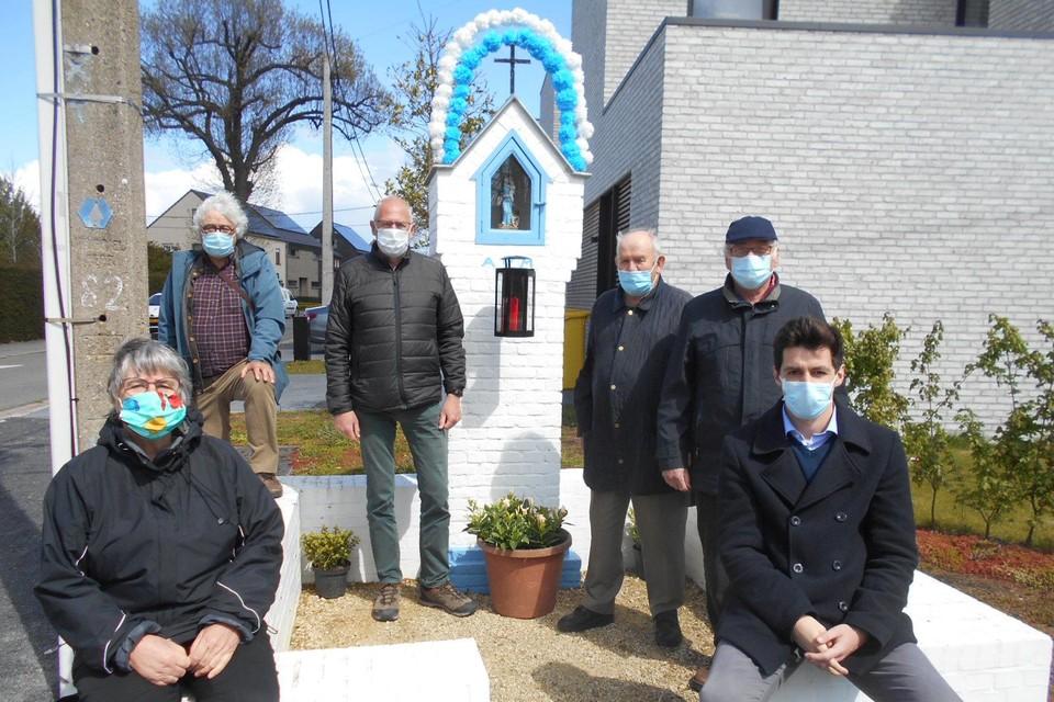 Projectleider Glenn (rechts vooraan) met vrijwilligers Mia, Paul, Marc, Paul en staf.