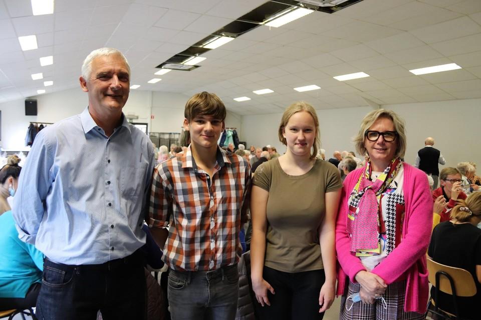 Voorzitter Luc Van de Moortel, Yoshi en Tiana van OLVP met hun directrice.