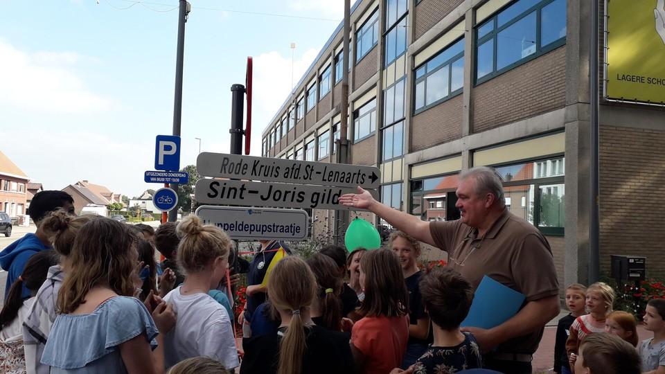 De leerlingen onthullen het Huppeldepupstraatje naast de school De Schakel.