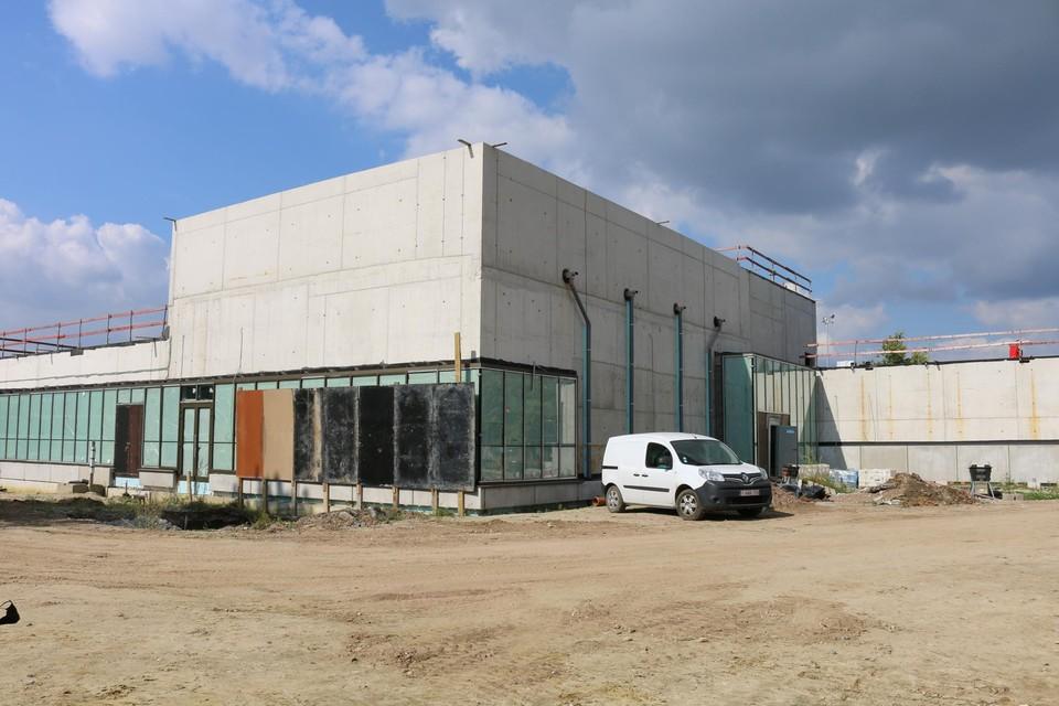 Het in aanbouw zijnde zwembadgebouw.