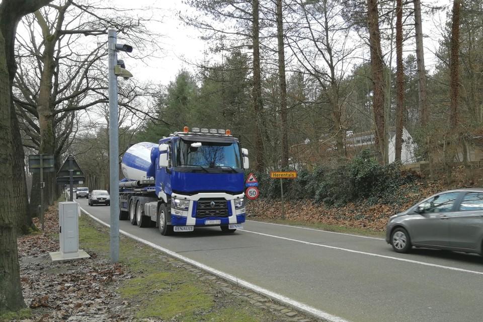 De mast met ANPR-camera's links staat op het grondgebied van Lichtaart (Kasterlee), maar Herentals wil dit jaar ook het eigen grondgebied afdekken.