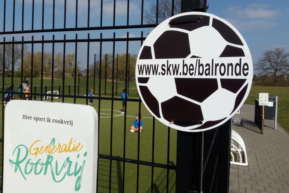 Aan de verschillende sport- en speelpleintjes, pannakooien en voetbalveldjes in Sint-Katelijne-Waver duiken borden op in de vorm van een voetbal.