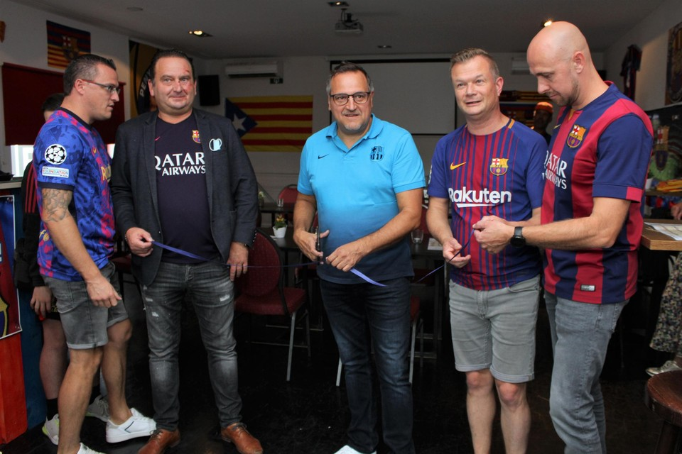 Schepen van Sport én FC Barcelona-supporter Ivo Andries knipt het lintje door.