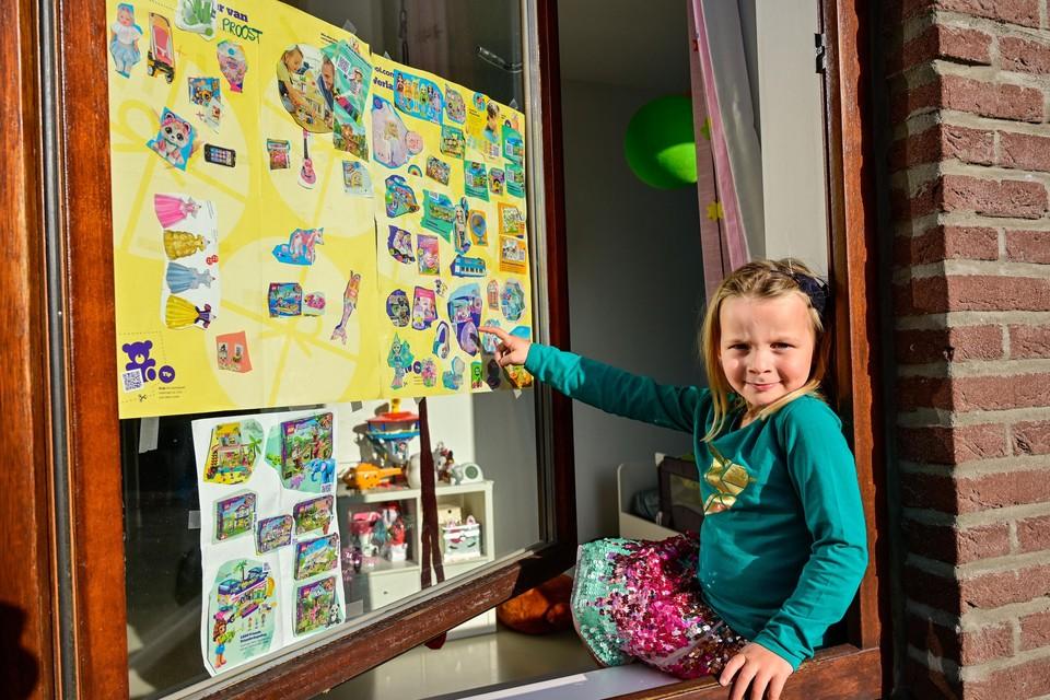 Olivia Proost heeft op Bol.com gelezen dat als je een Sinterklaasbrief aan je raam hangt, de Sint alles zal brengen wat je vraagt. Ze is er al heel lang mee bezig.