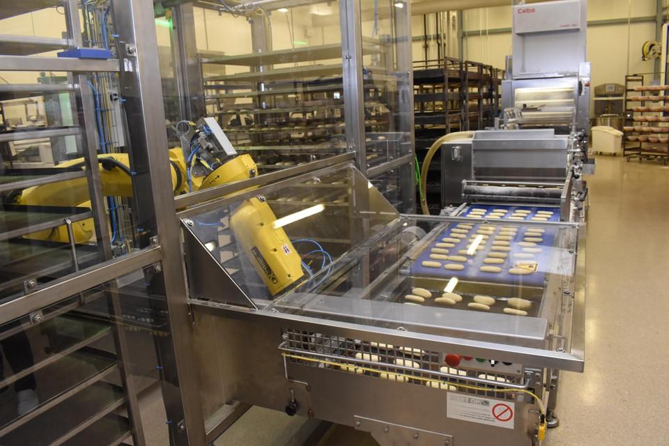 De nieuwe mobiele robot neemt de zware repetitieve taken over zoals het vullen en het in de ovenkarren plaatsen van bakplaten.