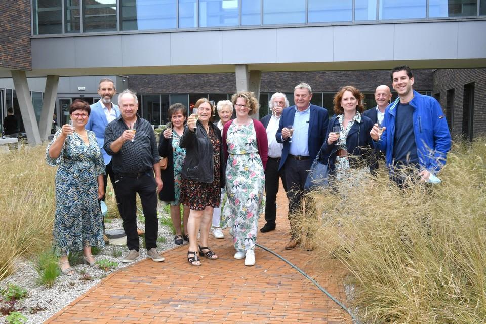 De initiatiefnemers van de actie Hart voor Wijnegem klinken samen met Lieve Kelders van Woonzorggroep Voorkempen op de mooie nieuwe tuin die het Wijnegemse bedrijf Avantgarden aanlegde bij woonzorgcentrum Rustenborg.