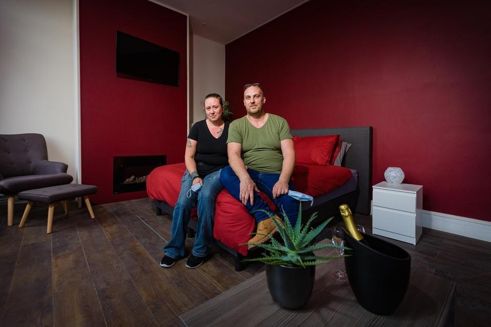 Uitbaters Alexandra De Schepper en Dries Van Lent in een van de kamers.