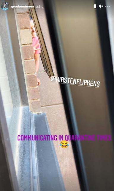Greet Minnen in gesprek met buurvrouw Kirsten Flipkens.