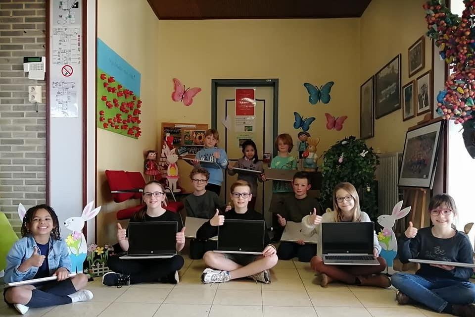 In eerste instantie krijgen alle klassen in de lagere school een extra laptop.