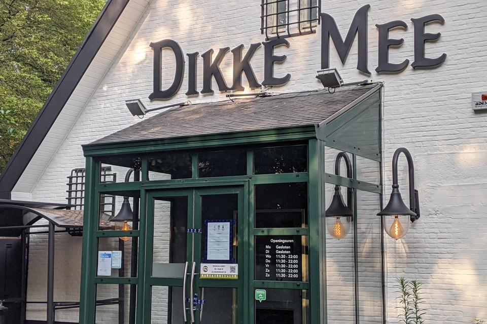 De inkom van brasserie Dikke Mee is verzegeld met blauwe tape.