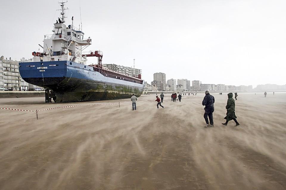 Het Nederlandse schip Artemis op het strand in de Franse badplaats Les Sables-d'Olonne, in maart 2008.