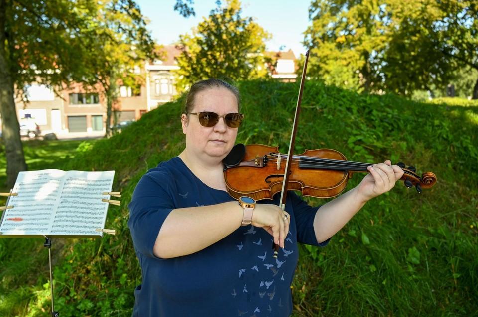 Katy speelt een enorm moedig stukje viool. Het is de eerste keer dat ze haar instrument opnieuw bovenhaalt op de noodlottige plek.
