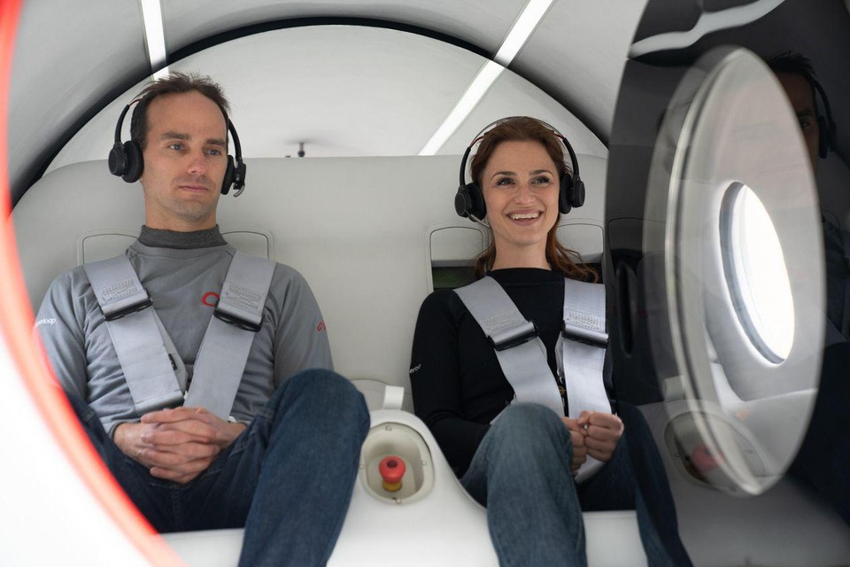 Deze twee personen deden vijftien seconden over vijfhonderd meter in de hyperloop van het bedrijf Virgin Hyperloop.