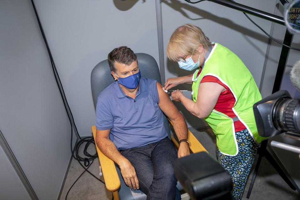 Vlaams minister Bart Somers kreeg zijn eerste dosis van het Pfizer-vaccin