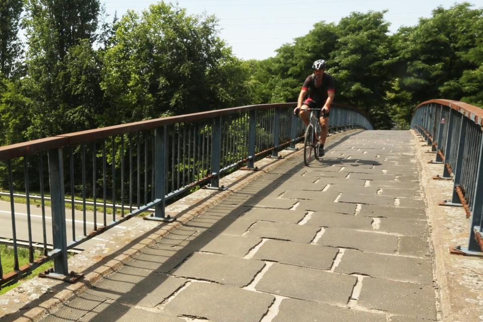 Al in 2010 bleek dat de fiets- en voetgangersbrug uit 1977 moest worden aangepakt.