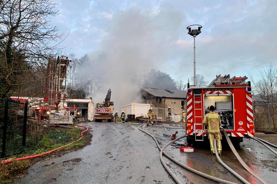 De brand in het magazijn op de Heiststeenweg ging gepaard met flink wat rookontwikkeling.