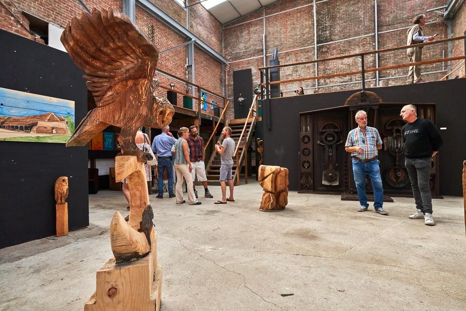 De expo in de machinehal van Peeters en Van Mechelen met vooraan onder meer werk van Francis 'Carving Cis' Michielsen.