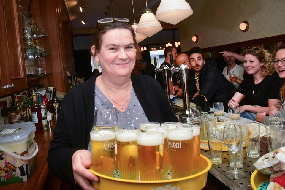Leen Verwaest staat achter de toog van café Chaos in de Herentalsstraat.