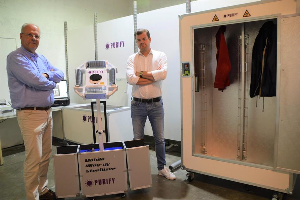 Chris (links) en Olivier Proot bij de mobiele UVC-installatie. Rechts de kast om bijvoorbeeld jassen te ontsmetten en achteraan de kist en koffer.