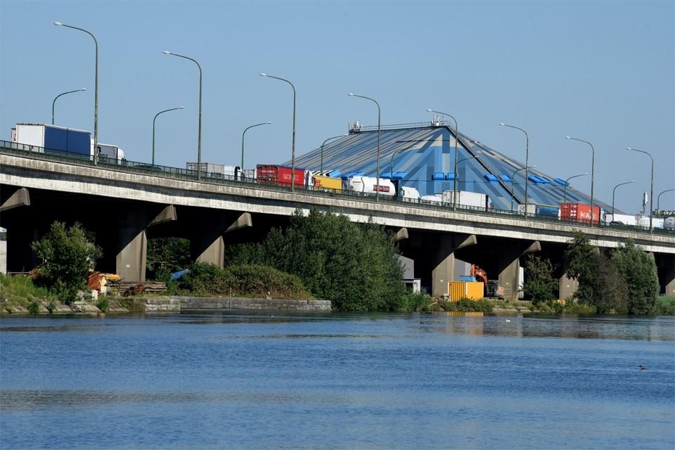 De omgevingsvergunning voor de bouw van de Oosterweelverbinding op rechteroever wordt deze maand aangevraagd. Ook de sloop van het viaduct in Merksem zit daarin.