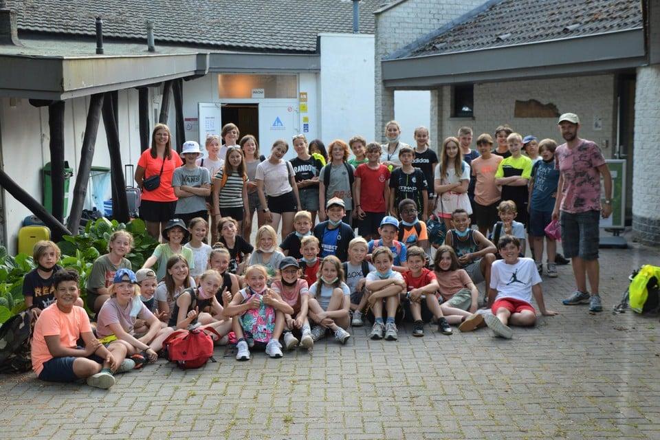 De vijfde- en zesdejaars van basisschool Pierenbos uit Halle voor jeugdherberg Gagelhof in Zoersel.