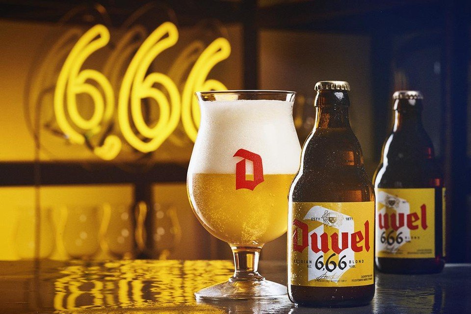 De nieuwe Duvel wordt voorgesteld als 'de gele'. Een ander etiket, zelfde glas, zelfde fles.