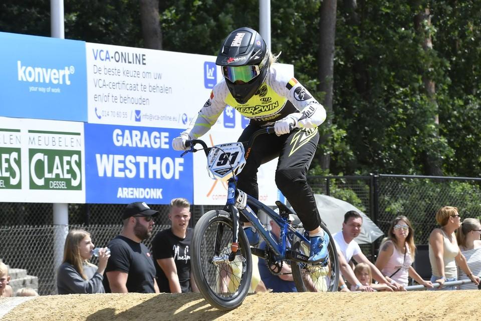 Elke Vanhoof uit Dessel zal zich vannacht rond half 4 proberen plaatsen voor de halve finales in het BMX.