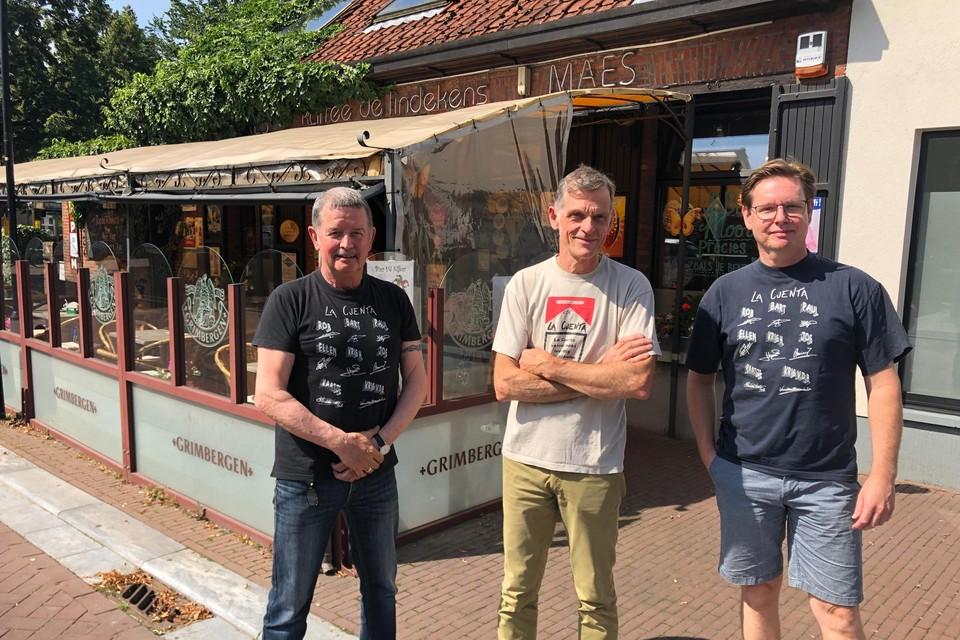 Rob Mariën, Jos Marinus en Paul Van Mierlo, enkele trouwe leden van La Cuenta, poseren in een passend t-shirt nog eens voor hun stamkroeg De Lindekens in Vosselaar.