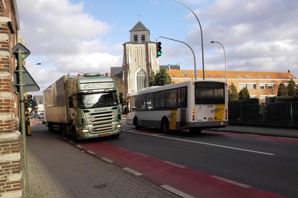 Om het dorpshart van Sint-Dimpna van het doorgaand (vracht)verkeer te verlossen, onderzoekt de provincie Antwerpen nu vijf nieuwe ontsluitingsroutes.