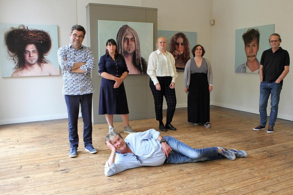 Peter Everaert (liggend) en enkele kunstenaars in het Timmermans-Opsomerhuis.