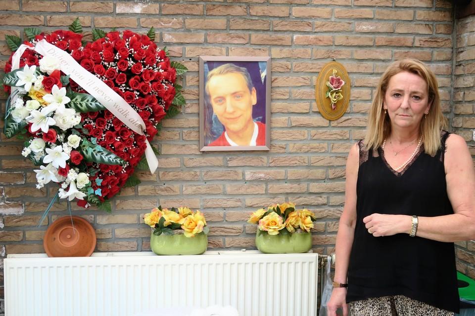 Moeder Micheline Duysens bij één van de herdenkingsplekken ter ere van Didier in haar woning in Schilde.