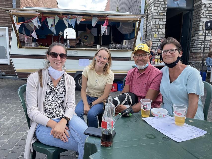 Zussen Julie en Sofie Morbée samen met Frankie Van Breussegem en Conny Coppens, de papa en plusmama van renner Elias Van Breussegem.