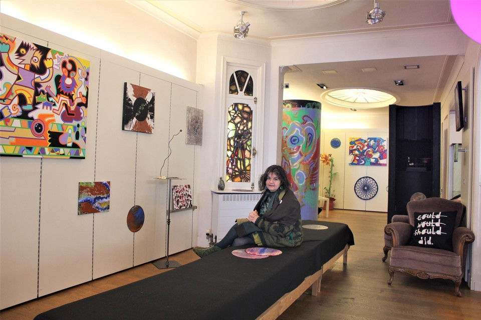 Debby Vercauteren omringd door de werken van de expo in de nieuwe Galerie Wulder, in een oude kledingwinkel.