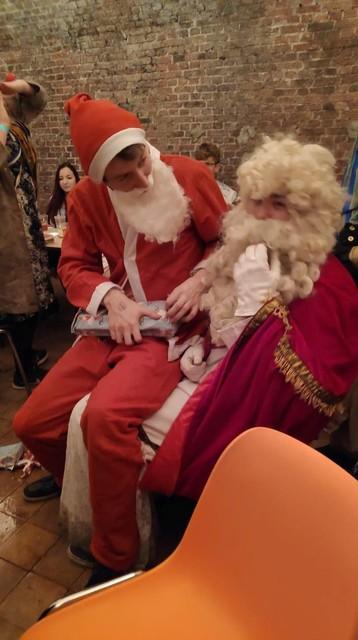 Foto tijdens het Sinterklaasfeest, ook de Kerstman kwam op bezoek