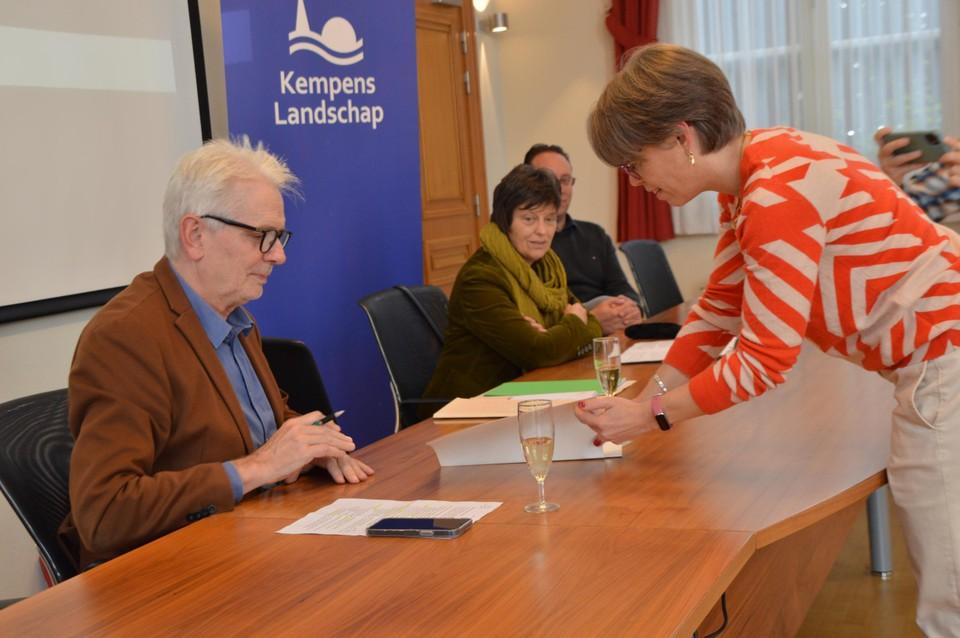 Jan De Haes, gedeputeerde en covoorzitter van Kempens Landschap, tekent de akte.