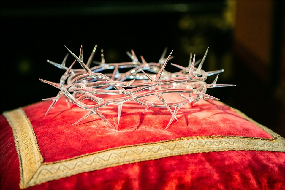 """De glazen doornenkroon of 'Corona' ligt vanaf nu in de kathedraal. """"Het werk is kwetsbaar, maar schittert ook en dat past goed bij deze vreemde tijd"""", zegt pastoor Bart Paepen."""