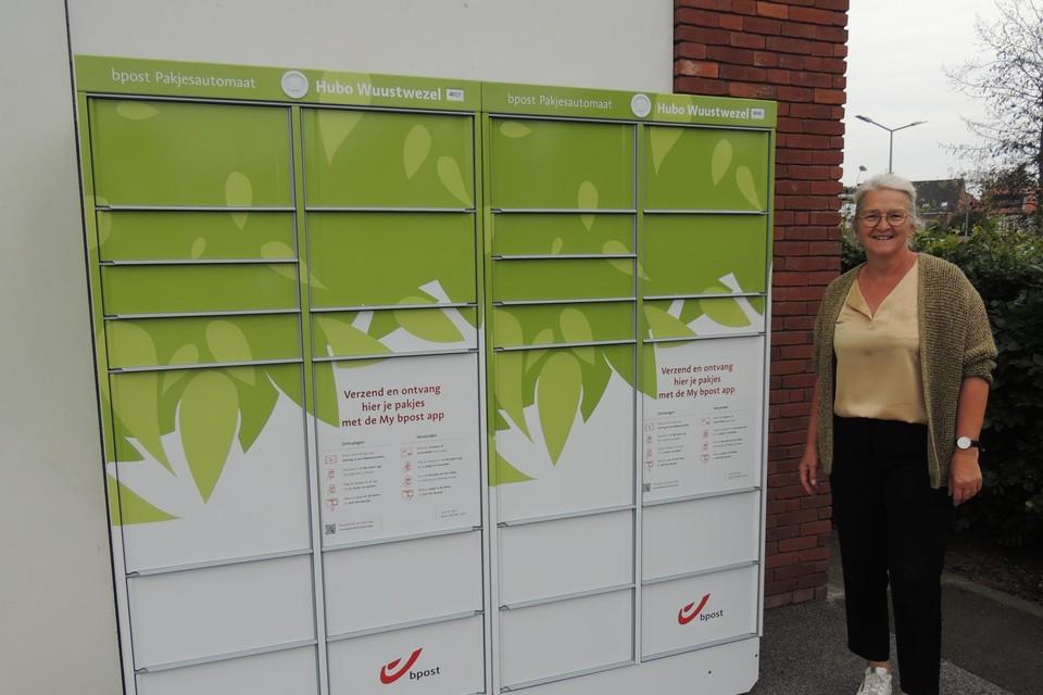 Schepen Rit Luyckx stelt de nieuwe pakjesautomaat voor.