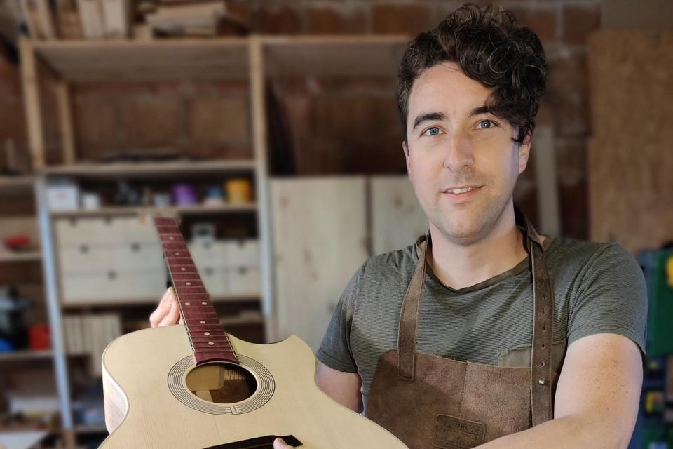 Thomas maakte een gedeeltelijke carrièreswitch en bouwt nu gitaren.