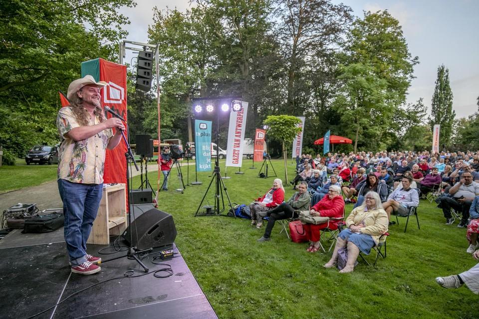 Zo'n vijfhonderd toeschouwers genieten in de tuin van het Sint-Michielskasteel van Johhny Trash.