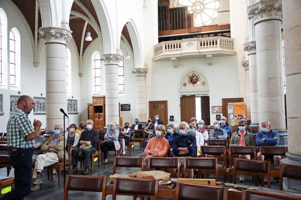In de kerk van Sint-Mariaburg gaf orgelbouwer René Nijsse toelichting over het herstel van het beschadigde orgel.