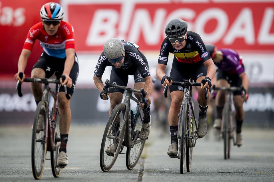 In de spurt voor de tweede plaats waren Christine Majerus en Lorena Wiebes net te sterk voor Lotte Kopecky (rechts).