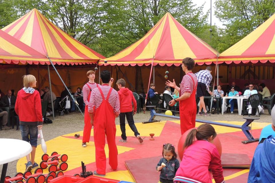 Op het terras geeft de circusschool allerlei workshops.