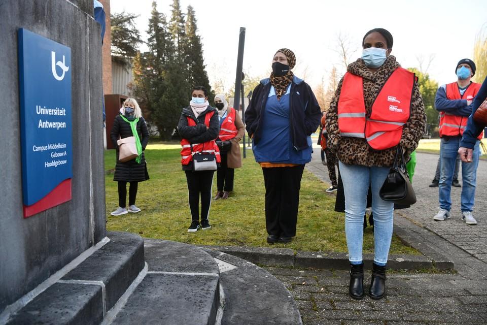 Schoonmakers, vakbonden, personeel en studenten voeren actie aan het rectoraat van Universiteit Antwerpen.