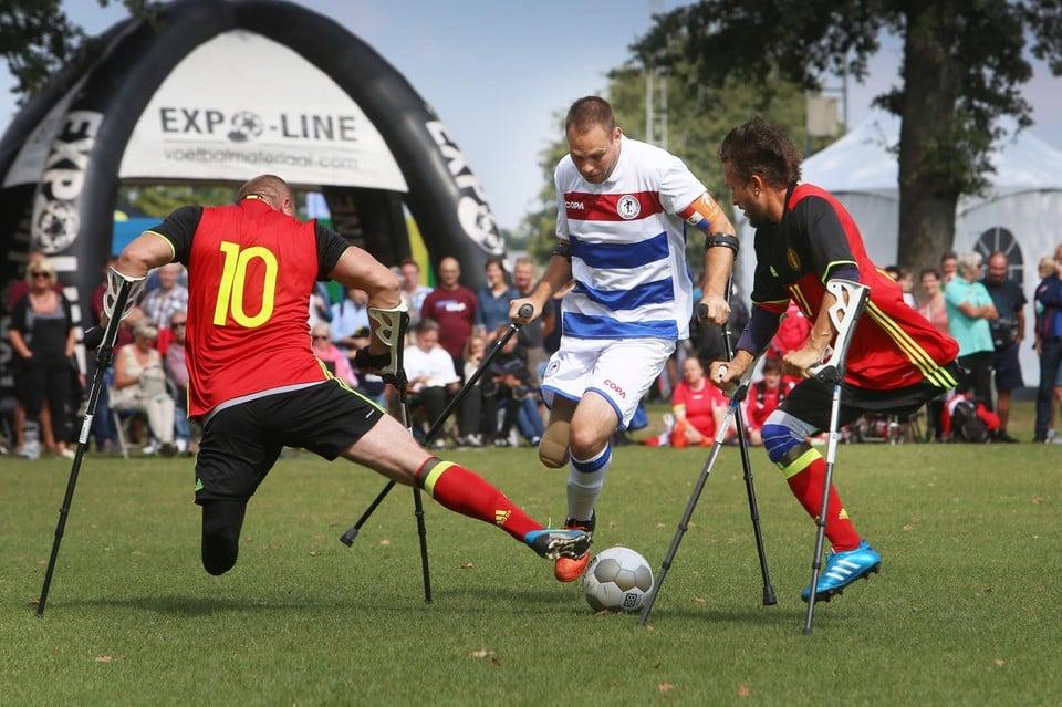 Tijdens de Football Kick-Off nemen voetballers met een beperking het tegen elkaar op.