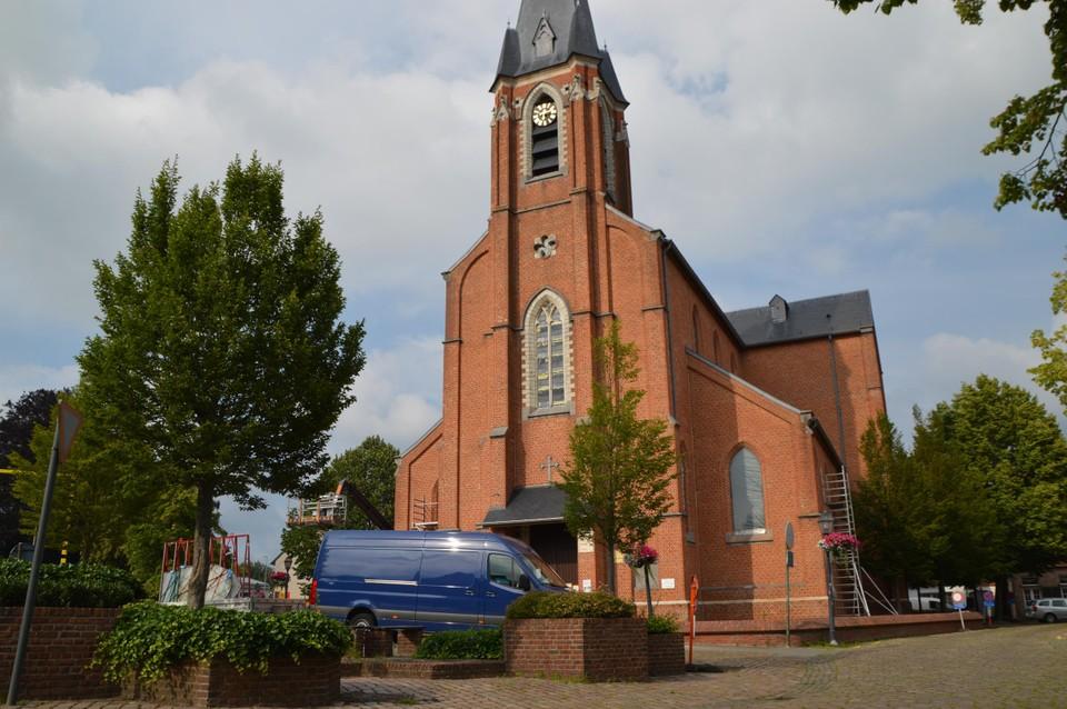 Het kerkplein van Emblem. Momenteel krijgt de kerk enkele nieuwe ramen.