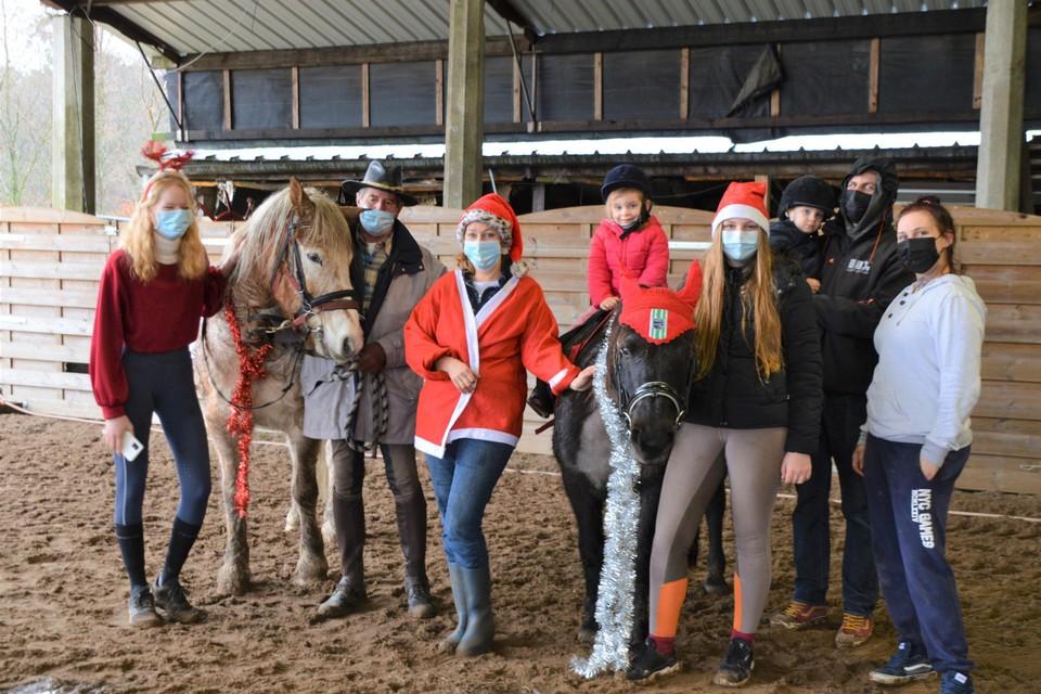Greet centraal tussen pony's Nelson en Jana en hun begeleiders. Uiterst rechts Cyntha, Stacy met hun tweeling Jana en Percy.