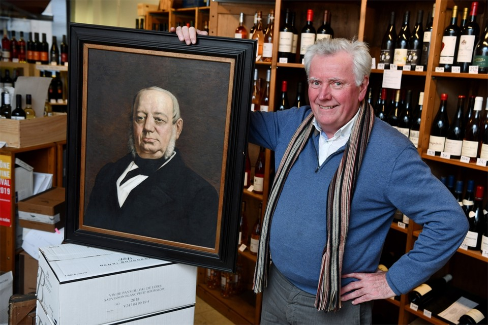 Patrick met een schilderij van de stichter van wijnhandel Lelièvre, betovergrootvader Hyppolyte.