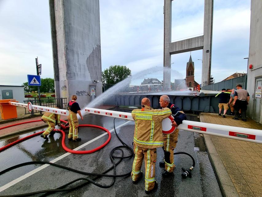 De brandweer koelde de brug lange tijd af zodat het ophaalbare gedeelte iets kon inkrimpen.
