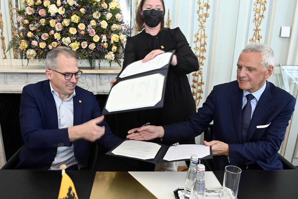 Vlaams minister van Financiën Matthias Diependaele (links) en Kris Peeters ondertekenen het akkoord.