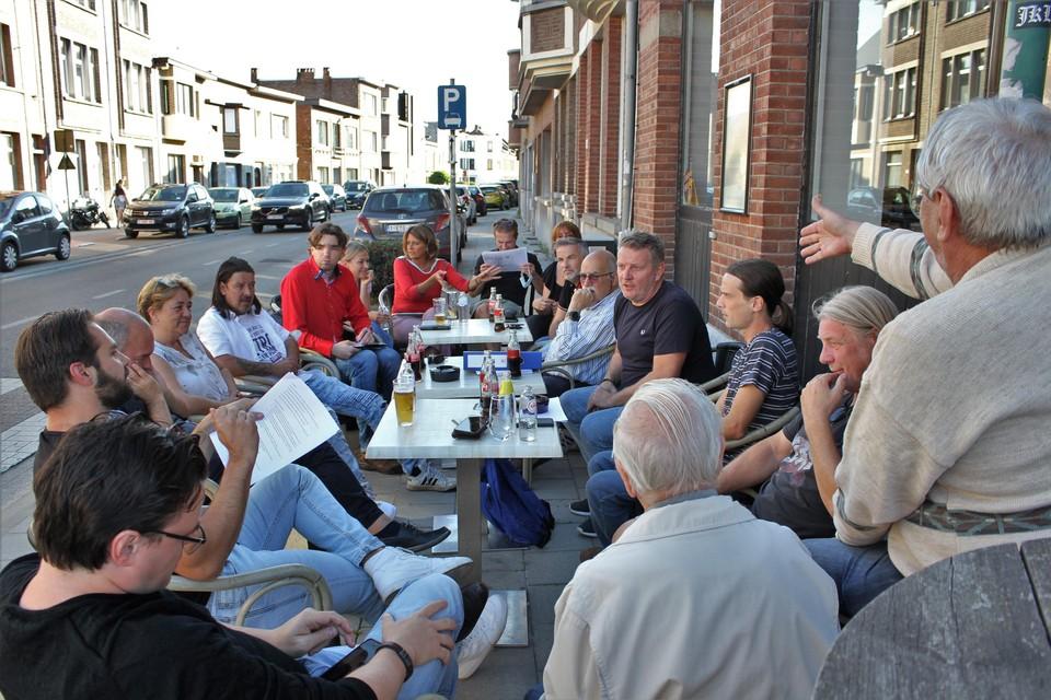 Bezorgde wijkbewoners bespreken de bouwplannen van Retrabouw.